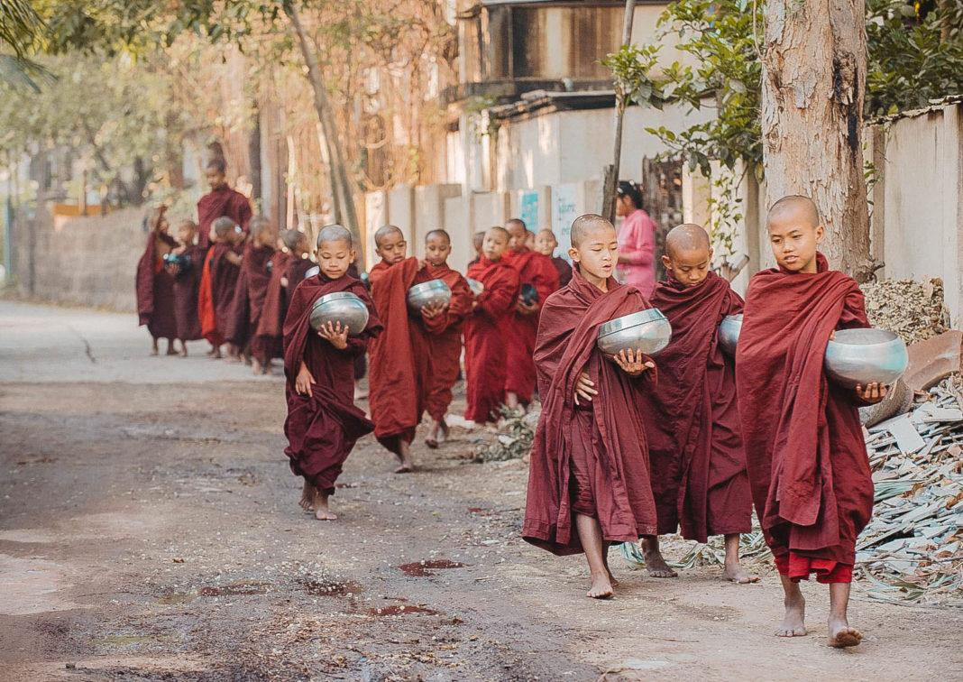 Bagan - magia świątyń. Mnisi - blog podróżniczy