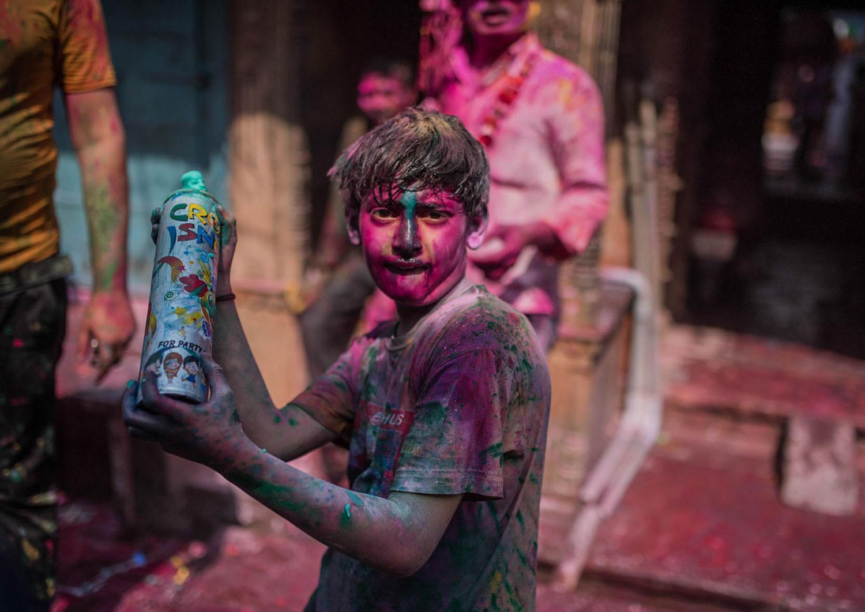 Holi - chłopiec w Indiach