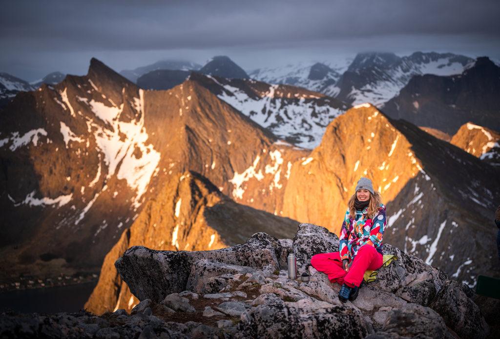 Asia by Matejko z termosem przy szczycie Husfjellet. Góry, Norwegia, Senja.