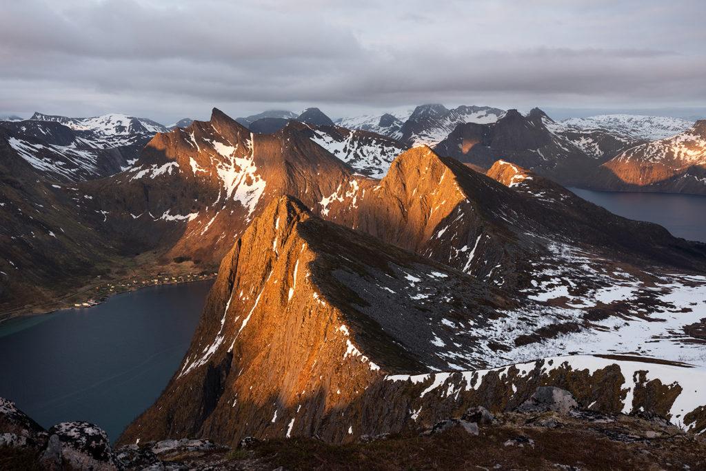 Widok ze szczytu Husfjellet. Senja, Norwegia.